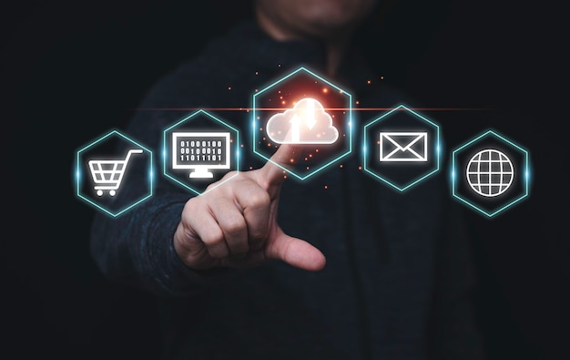 Biznesmen dotykając ikony wirtualnego przetwarzania w chmurze i ikony technologii biznesowych, koncepcja transformacji technologii.