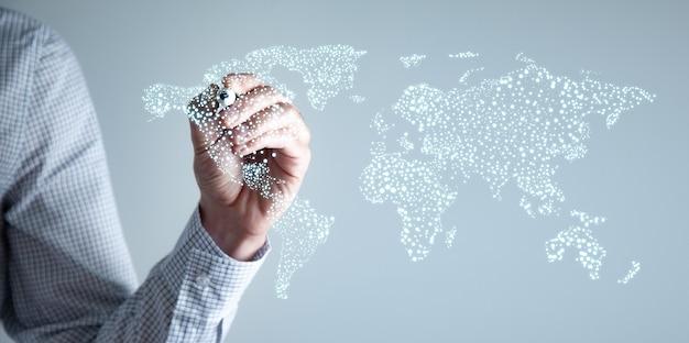 Biznesmen, dotykając na mapie świata z futurystycznym interfejsem komunikacyjnym.