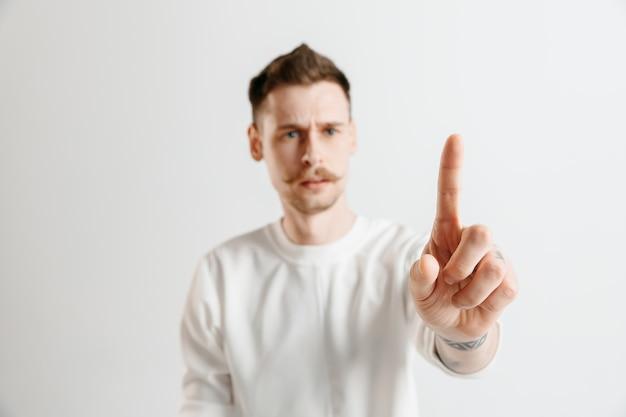 Biznesmen dotykając palcem pustego paska wyszukiwania