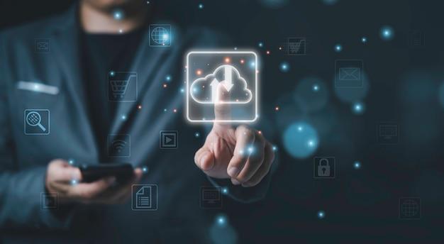 Biznesmen dotykając wirtualnej chmury obliczeniowej, cloud computing to system do dzielenia się pobieraniem i przesyłaniem informacji o dużych zbiorach danych.