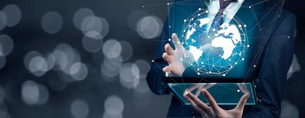 Biznesmen dotykowy tablet pc z niebieskim internetem globu