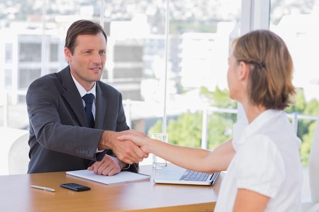 Biznesmen drżenie dłoni kandydata do pracy