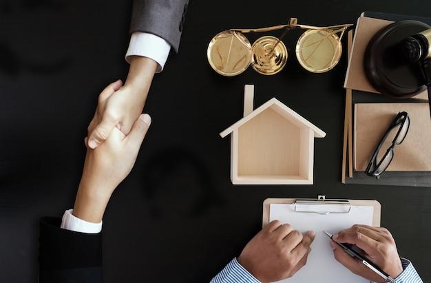 Biznesmen drżenie omawianie umowy umowy prawnik z firm prawniczych