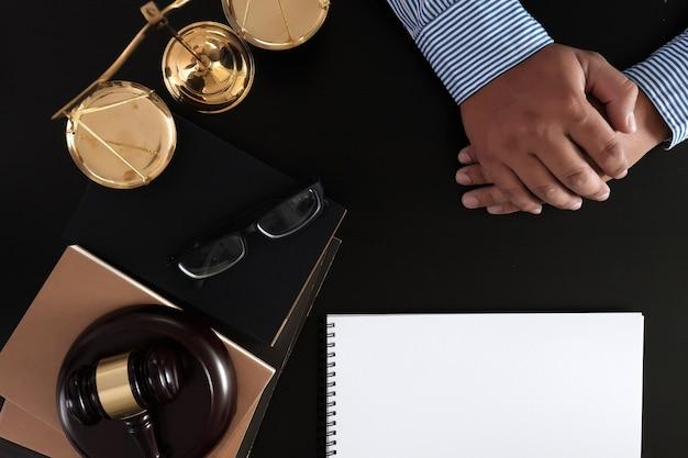 Biznesmen drżenie rąk sędzia młotek z sprawiedliwości prawników zaufania obietnica wygraj sprawę