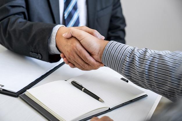 Biznesmen drżenie rąk z profesjonalnym prawnikiem po omówieniu dobrej oferty
