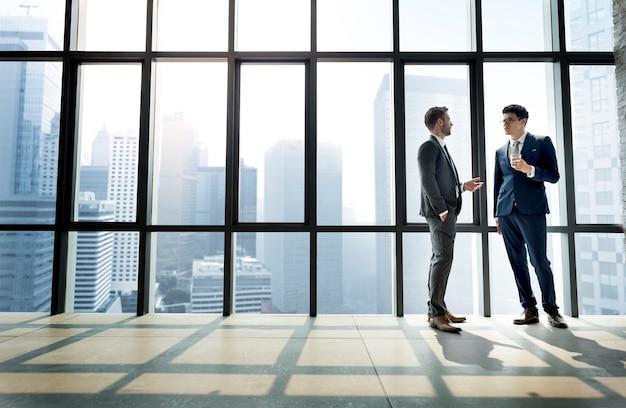 Biznesmen dyskutujący po spotkaniu