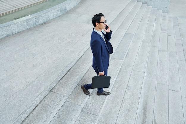 Biznesmen dzwoni do swojego pracownika