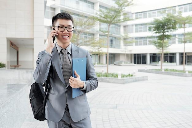 Biznesmen dzwoni na telefon