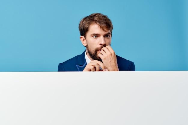 Biznesmen emocje prezentacji niebieska ściana biały sztandar.