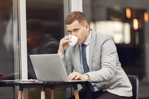 Biznesmen. facet w garniturze. mężczyzna korzysta z laptopa.