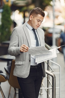 Biznesmen. facet w garniturze. mężczyzna z dokumentami.
