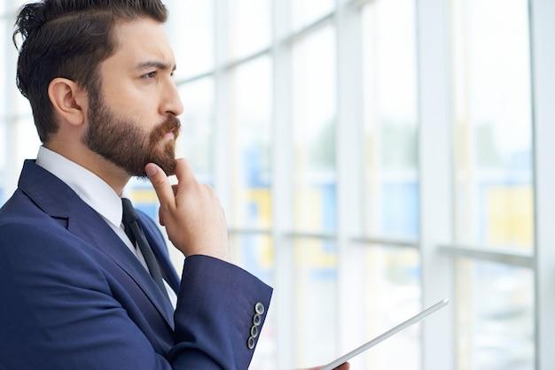 Biznesmen gapi się przez okno zbliżeniu