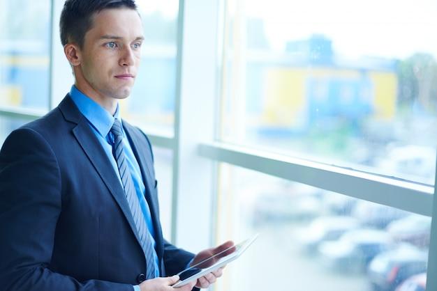 Biznesmen gapi się przez okno