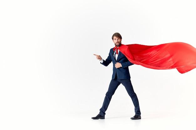Biznesmen gestykuluje rękami w czerwonym płaszczu