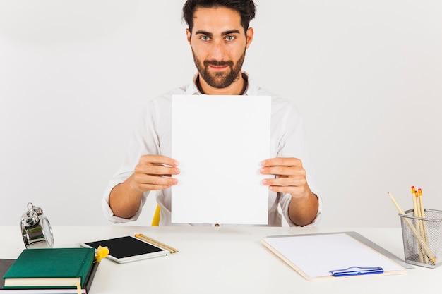 Biznesmen gospodarstwa białego papieru