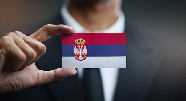 Biznesmen gospodarstwa karta flaga serbii