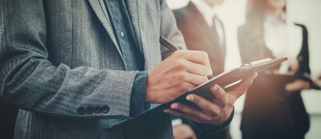 Biznesmen gospodarstwa notatnik czytanie dokumentów pracowników omawianie coś koncepcji praca dla