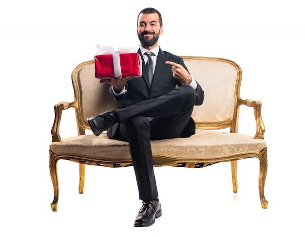 Biznesmen gospodarstwa prezent