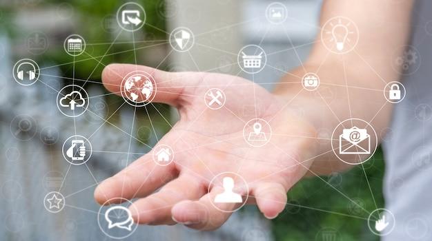 Biznesmen gospodarstwa sieci multimedialnych