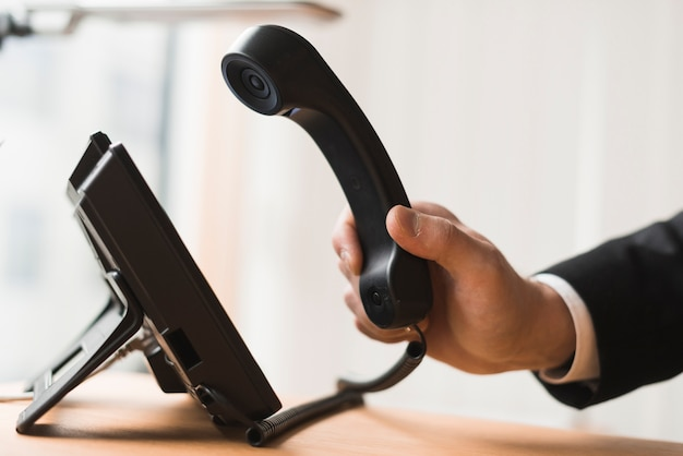 Biznesmen gospodarstwa zestaw słuchawkowy