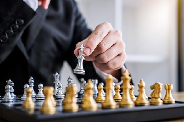 Biznesmen gra w szachy do analizy rozwoju nowy plan strategiczny
