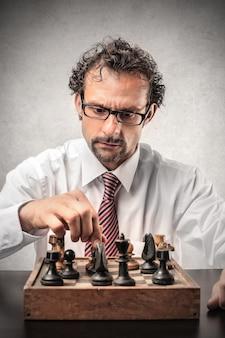 Biznesmen gra w szachy sam