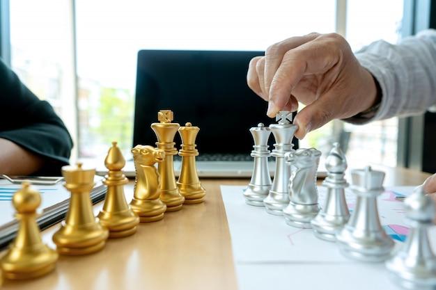 Biznesmen grać w szachy na marketingowym miejscu pracy