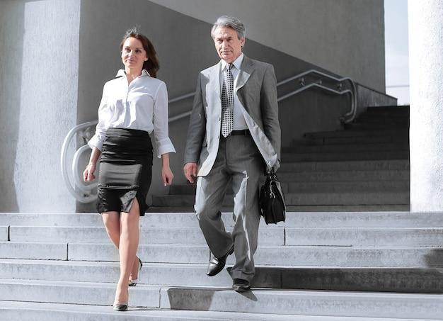Biznesmen i biznes kobieta idąc po otwartych schodach biura building.photo z miejsca na kopię