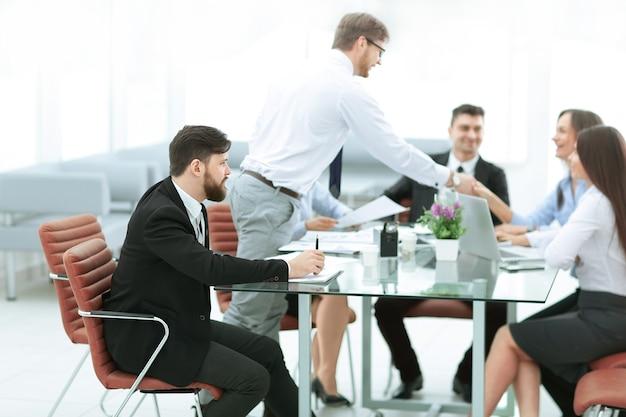 Biznesmen i biznes omawianie zagadnień biznesowych w biurze