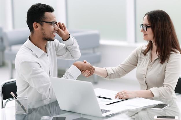 Biznesmen i bizneswoman drżenie hands.concept partnerstwa. zdjęcie z miejscem na kopię