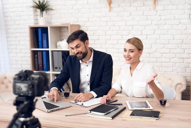Biznesmen i bizneswoman dyskutuje dla biznesu.