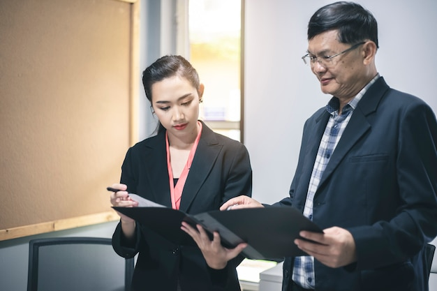 Biznesmen i bizneswoman dyskutuje projekt przy spotkaniem