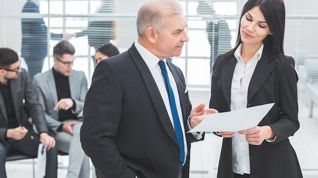 Biznesmen i bizneswoman omawianie dokumentu biznesowego. dni robocze w biurze