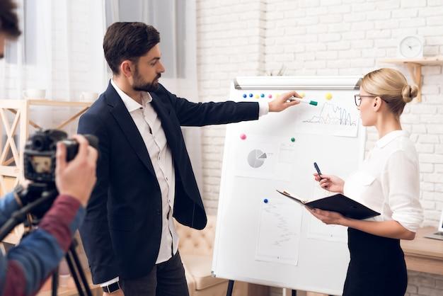 Biznesmen i bizneswoman pokazuje mapy.