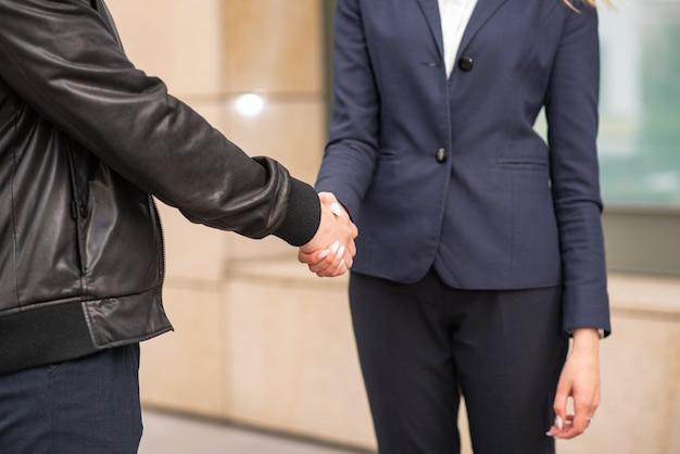 Biznesmen i bizneswoman uścisk dłoni. etykieta biznesowa.