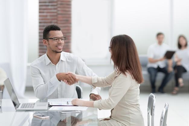 Biznesmen i bizneswoman zawierania transakcji w sali centrum biznesowego . koncepcja partnerstwa