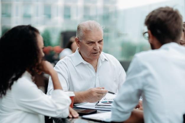 Biznesmen i grupa robocza omawiająca finansowe aspekty nowego kontraktu