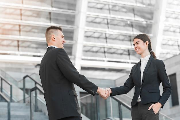 Biznesmen i interesu drżenie rąk