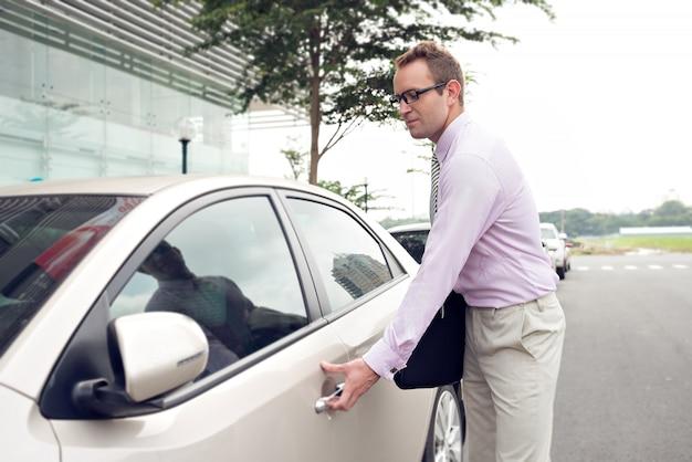 Biznesmen i jego samochód
