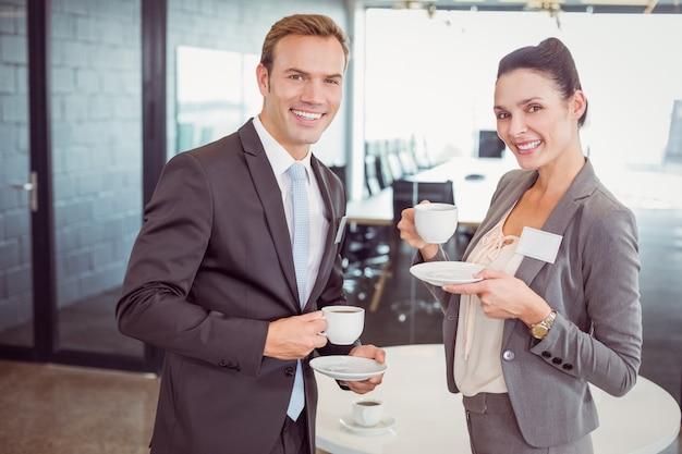 Biznesmen i kobieta biznesu o herbatę podczas przerwy