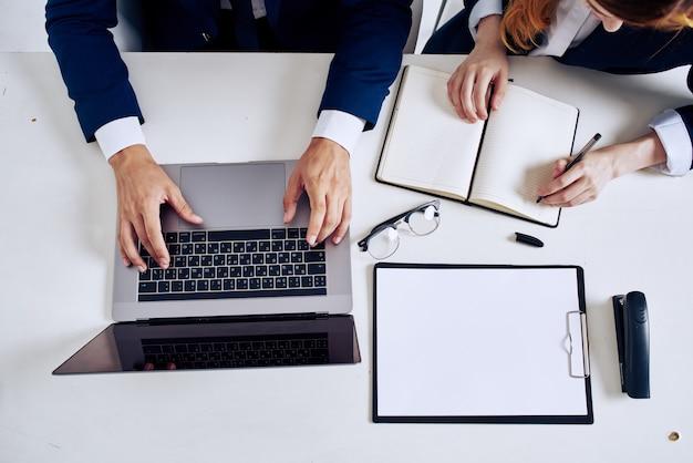 Biznesmen i kobieta laptop i dokumenty na widoku stołu z góry