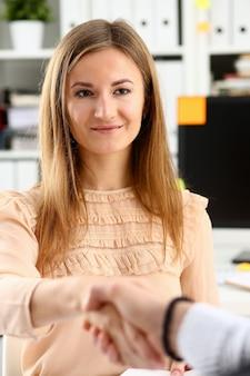 Biznesmen i kobieta podają sobie ręce na powitanie