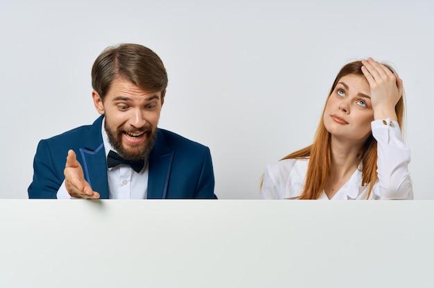 Biznesmen i kobieta z białą makieta plakat reklamowy znak białe tło