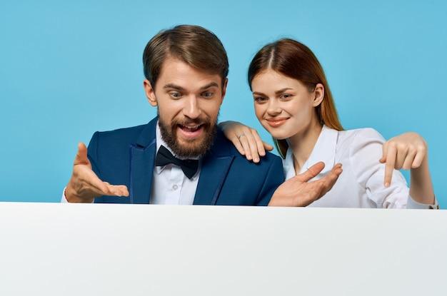 Biznesmen i kobieta z białą makieta plakat reklamowy znak niebieskie tło