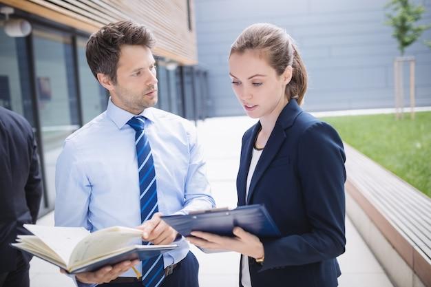 Biznesmen i kolega ma dyskusję