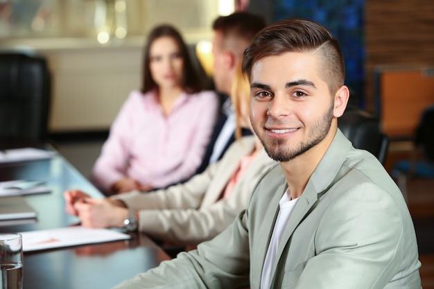 Biznesmen i ludzie biznesu pracujący w sali konferencyjnej