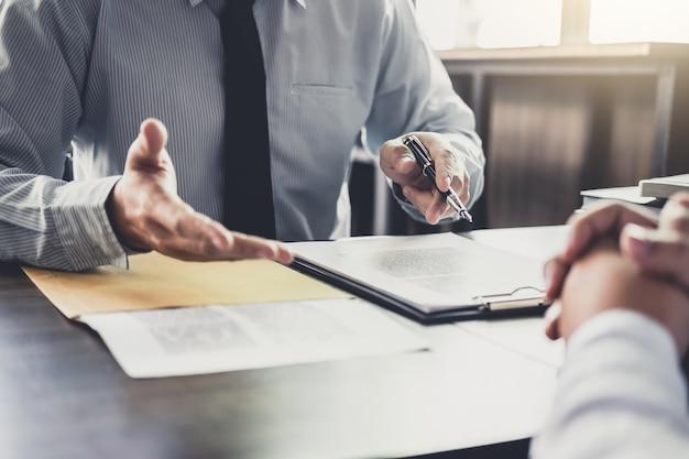 Biznesmen i mężczyzna prawnik lub sędzia konsultować o spotkanie zespołu z klientem