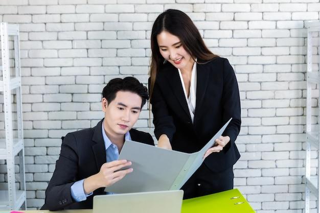 Biznesmen i partner współpracują