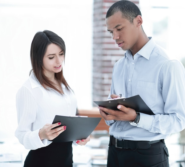 Biznesmen i pracownik omawiają harmonogram pracy
