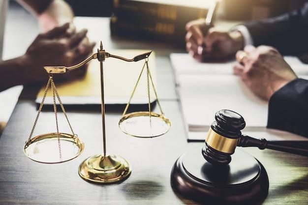 Biznesmen i prawnik lub sędzia doradca o spotkanie zespołu z klientem